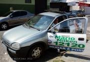 Een van de vele campagneauto's met een grote geluidsinstallatie op het dak.