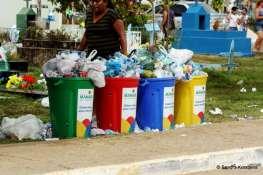 Uitpuilende vuilnisbakken op de begraafplaats.