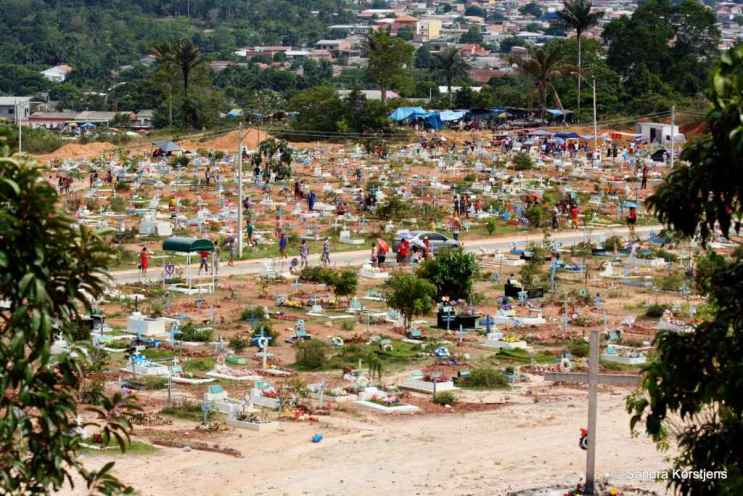Een klein deel van de immense begraafplaats aan de rand van Manaus.