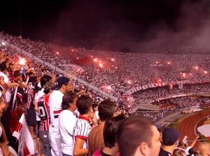 Uitzinnige São Paulo fans in een uitverkocht Morumbi-stadion.