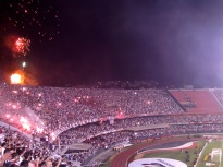 Vuurwerk voor São Paulo. Het supportersvak van Tigre is al leeg.