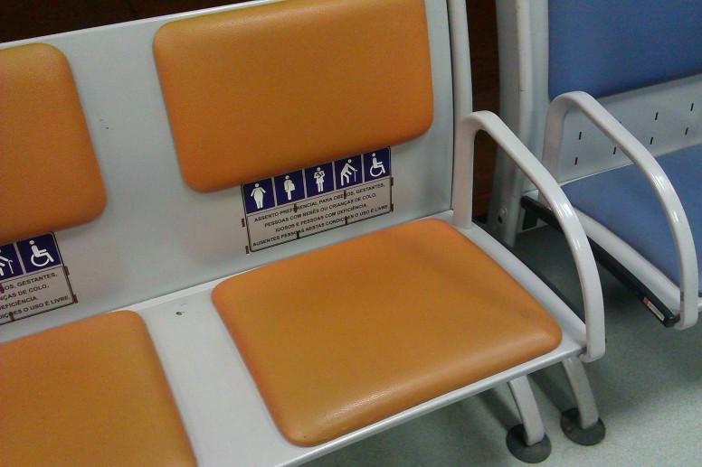 Stoel voor gehandicapten, waaronder obese mensen, op het vliegveld van Brasília.