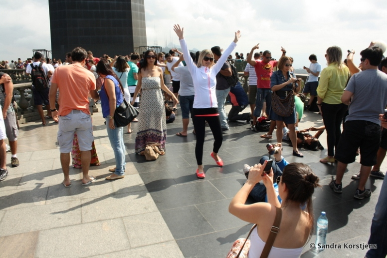 Toeristen bij het Christusbeeld in Rio de Janeiro