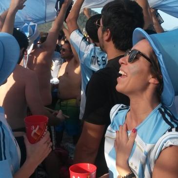 Argentijnse fans op het strand van Copacabana