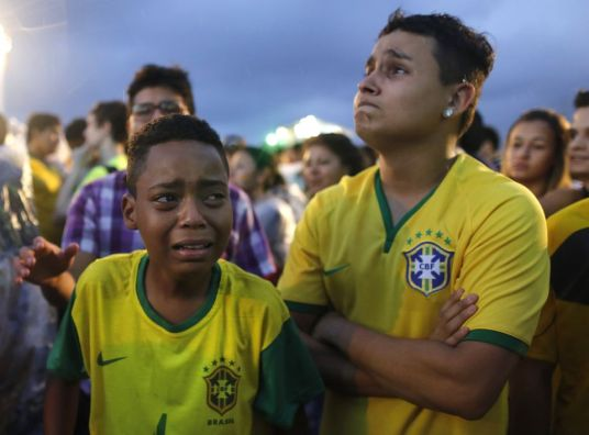 Ontredderde fans nadat Duitsland het gastland heeft afgeslacht