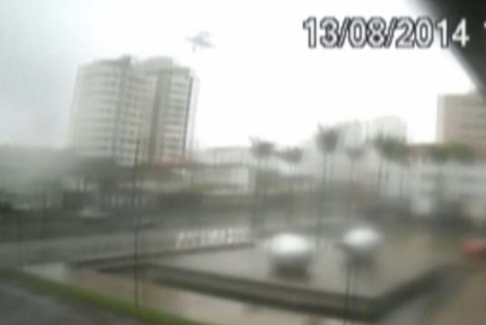Op videobeelden is het moment vastgelegd dat het vliegtuig van Campos neerstort