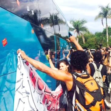 De spelersbus wordt belaagd door demonstranten