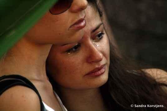 Twee vriendinnen tijdens een herdenkingsdienst vlak na de brand in Santa Maria.