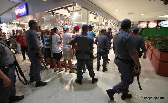 Jongeren worden opgepakt tijdens een rolezinho in een winkelcentrum in São Paulo.