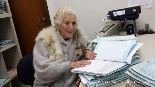 De 97-jarige Chames Salles Rolim ontving in 2014 haar bachelordiploma rechten